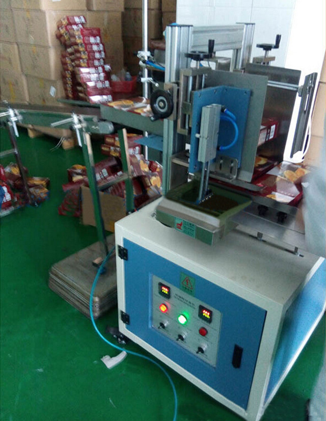 Top view of the semi automatic hot melt glue box sealing equipment