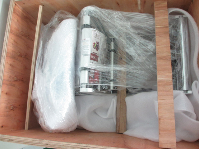 packing the transparent labels bottle labeling machine