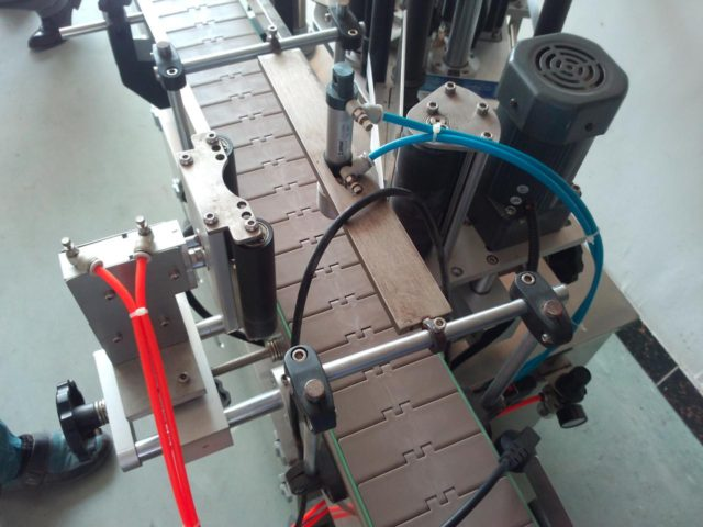 operating process of round bottle automatic positioning labeler