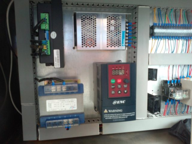 PLC control system for the round bottle automatic positioning labeling machine