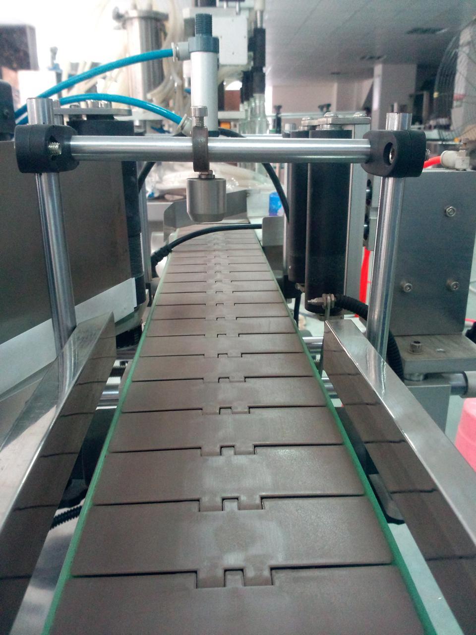 the-conveyor-of-round-bottle-automatic-positioning-labeling-machine