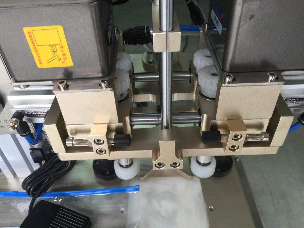 The details of desktop screw capping machine
