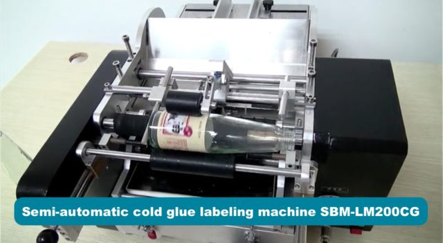 Detail of the semi-automatic cold glue labeling machine