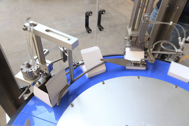 Folding flaps system for the vertical rotary cartoner