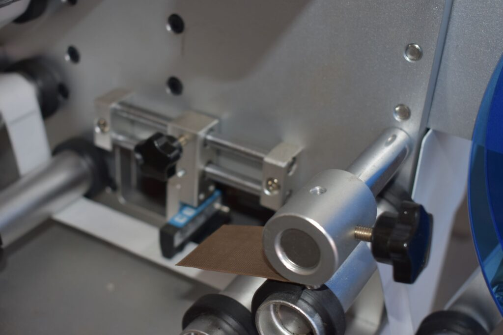 Peel plate for labels about the wrap-around labeling machine SBM-SAWALM30