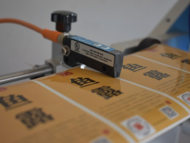 Sensor for detecting labels