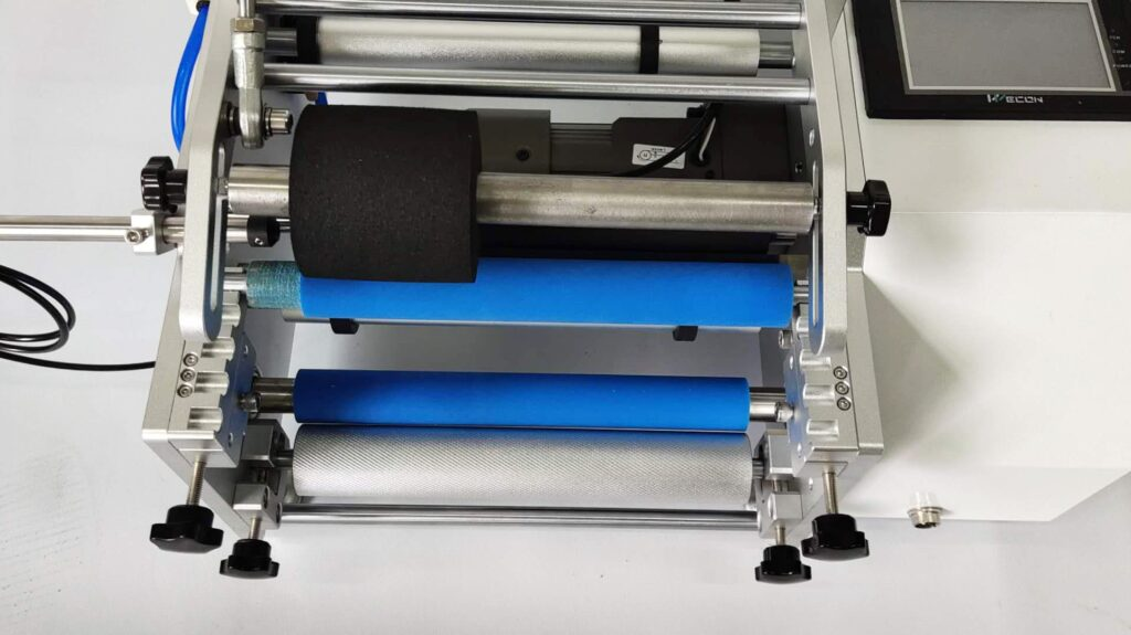 Top pressing mechanism including sponge and round cake roller