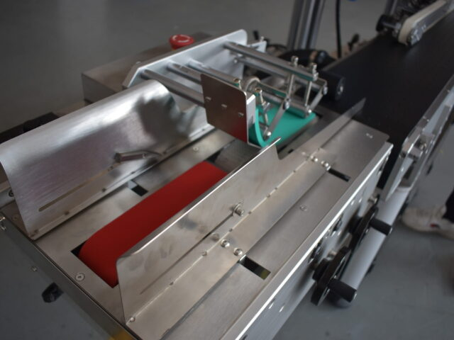 Details for the corner wrap labeling machine